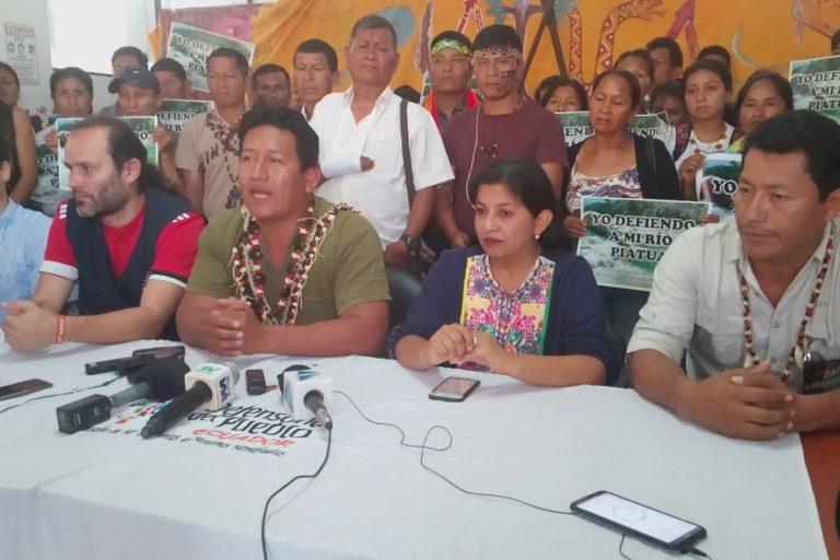 Hidroeléctrica en Pastaza. La defensora del Pueblo de Pastaza, Yajaira Curipallo y líderes kichwa se pronuncian sobre sentencia de segunda instancia sobre hidroeléctrica en el río Piatúa. Foto: Confeniae.