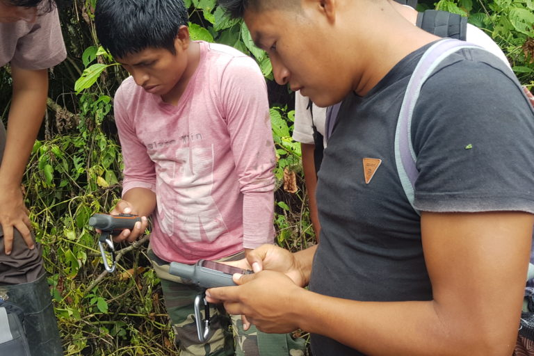 Los jóvenes que integran la Policía comunal fueron capacitados en el manejo de las cámaras trampa. Foto: Conservación Internacional.
