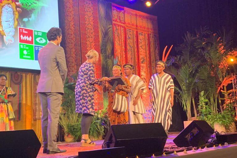 Entrega del Premio Ecuatorial 2019 a los representantes de la Asociación de Productores Kemito Ene. Foto: Kemito Ene.
