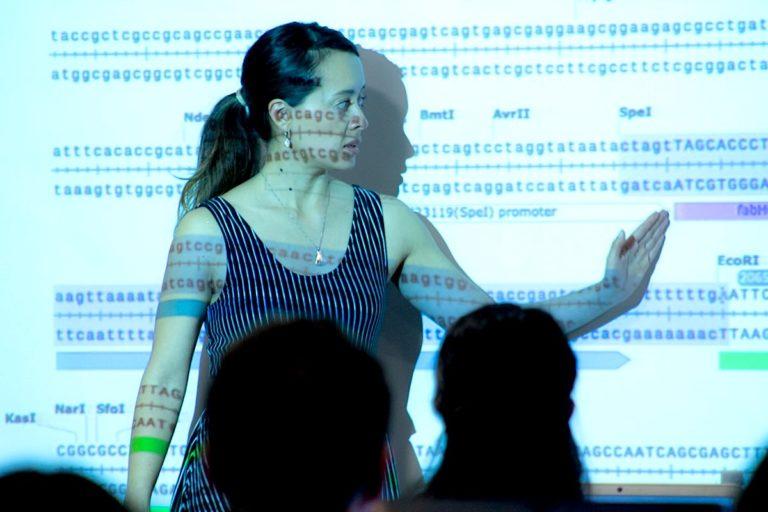 Microbiología e ingeniería. Utilizando pedazos del genoma de animales, plantas o humanos, los microorganismos pueden aprender funciones que antes no tenían. Foto: Linda Guamán.