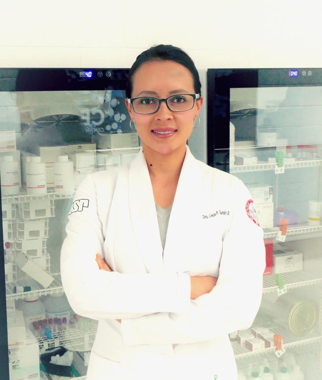 Microbiología e ingeniería. Los microorganismos, según la científica, son grandes fábricas biológicas. Foto: Linda Guamán.