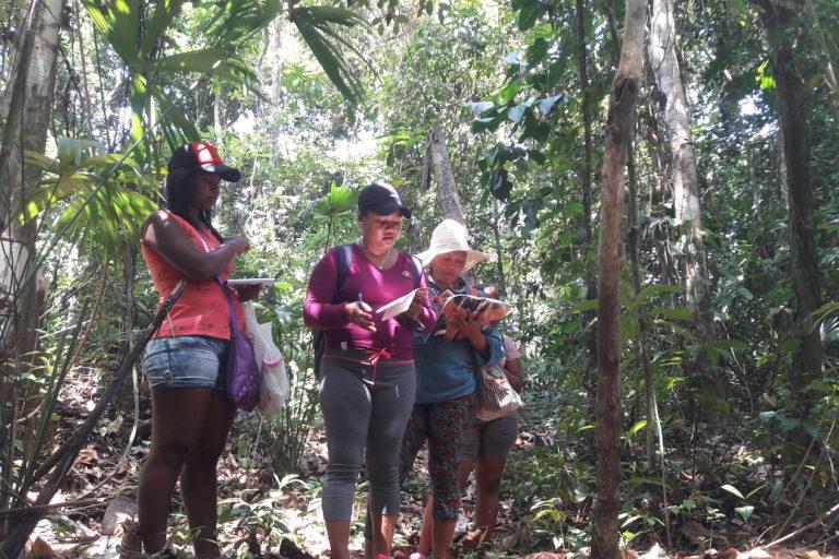 Conservación mapas indígenas Panamá. Mapeadoras en la comunidad de Jaqué. Foto: Almanaque Azul.