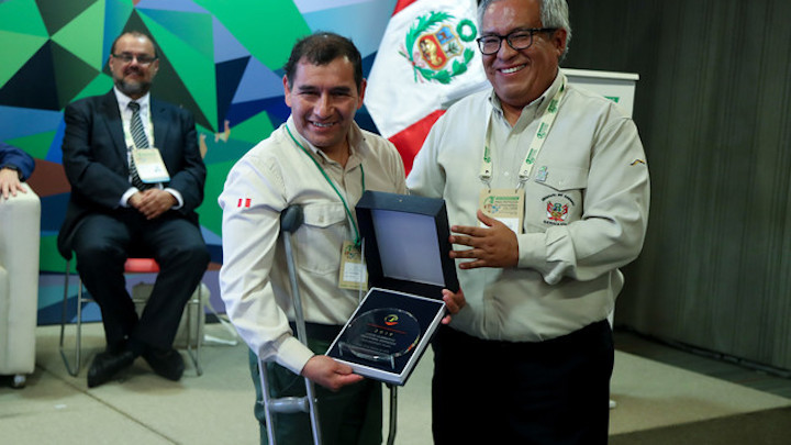 premios áreas protegidas Lucio Cristóbal Espinoza fue reconocido como Guardaparque Ilustre en el premio Carlos Ponce del Prado. Foto: Ministerio del Ambiente.