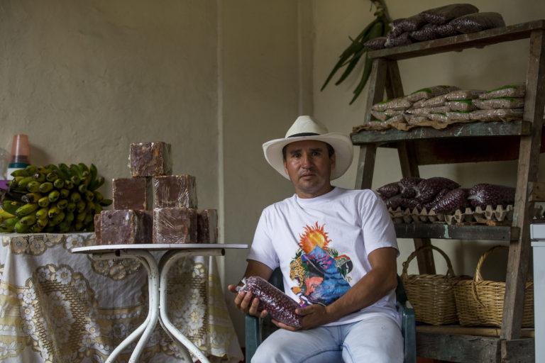 Defensores ambientales Colombia. Jimmy Fernando Torres fue uno de los primeros en oponerse a la mina La Colosa en Cajamarca. Su amigo César fue asesinado. Foto: Julio César Herrera – El Colombiano.