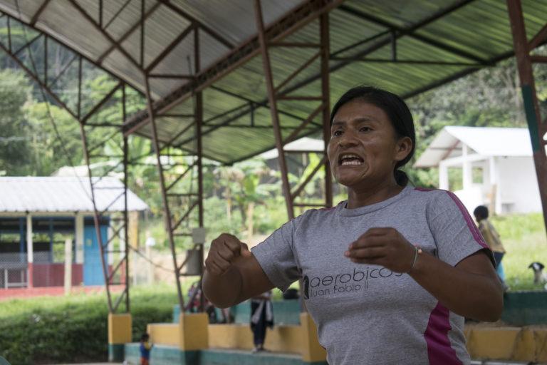 La dirigente indígena Rosa Tuits interviene en una asamblea del pueblo shuar en febrero de 2019 donde discutían sobre su resistencia a los proyectos mineros. Foto: José María León