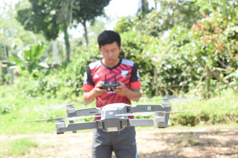 Una vez que el dron se eleva y empieza a volar, John Piaguaje lo maneja con facilidad. Fotografía de José María León para Mongabay Latam.