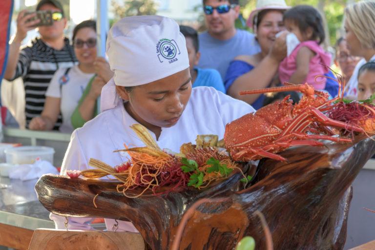 Demostraciones de preparación de langosta en puerto Ayora. Foto: Esteban Barrera ©