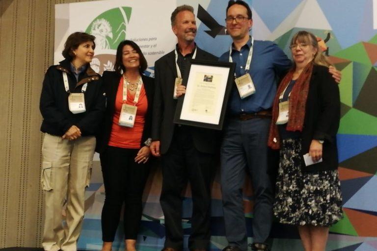 Robert Wallace recibió el premio Kenton R. Miller durante el Congreso de Áreas Naturales Protegidas de Latinoamérica y El Caribe. Foto: WCS.