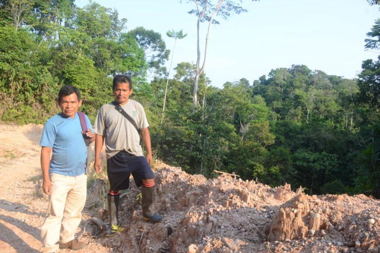 Pedro Herma y Hugo Mosoline Holyr, de la comunidad nativa Puerto Nuevo, durante el recorrido hacia la zona invadida. Foto: Yvette Sierra Praeli.