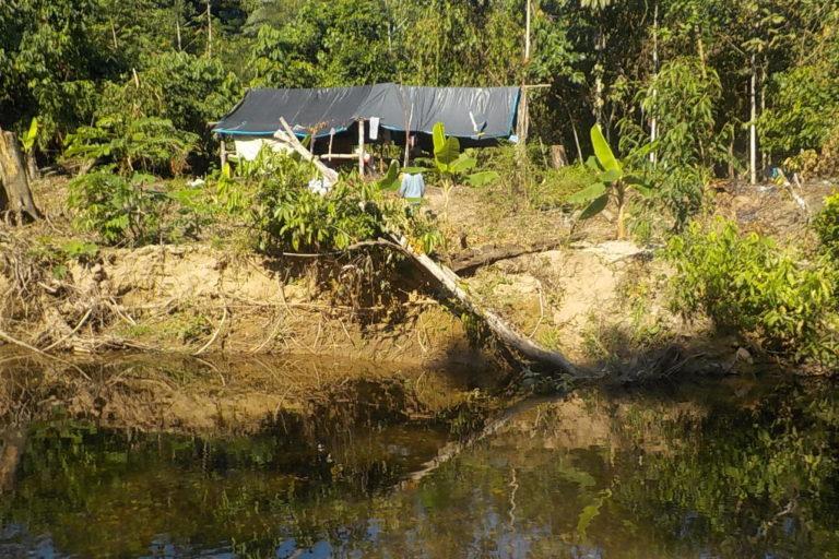 Los comuneros de Puerto Nuevo llegaron hasta un campamento en el que encontraron insumos para la elaboración de cocaína. Foto: Pedro Herma.