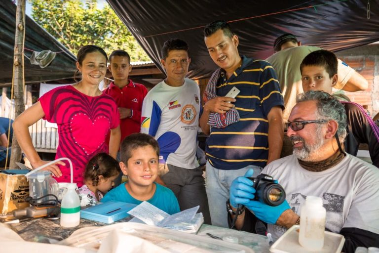Descubrimiento nuevo anfibio. Los investigadores trabajaron de la mano con los pobladores de la vereda La Belleza en el municipio de El Carmen de Chucurí. Foto: Felipe Villegas - Instituto Humboldt.