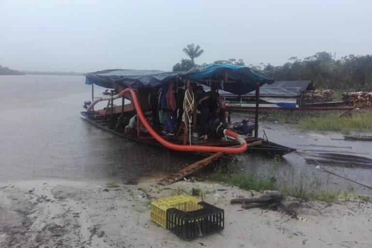 En un operativo de la Fiscalía Ambiental de Loreto se destruyeron dos pequedragas. Foto: FEMA Loreto.