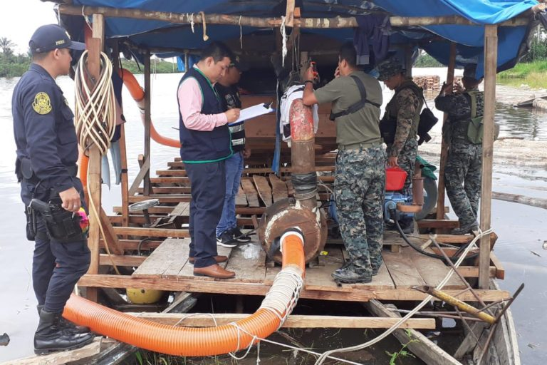 La Policía y la Fiscalía intervinieron una ´pequedraga' dedicada a la extracción ilegal de oro en el río Nanay. Foto: FEMA Loreto.