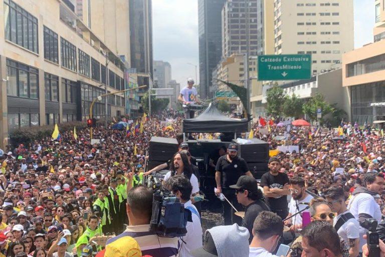 Paro Nacional Colombia 2019. Varios artistas colombianos convocaron a conciertos este 8 de diciembre. Un evento del Paro Nacional donde miles de personas en Bogotá salieron a manifestar. Foto: Twitter Santiago Cruz @SantiCruz