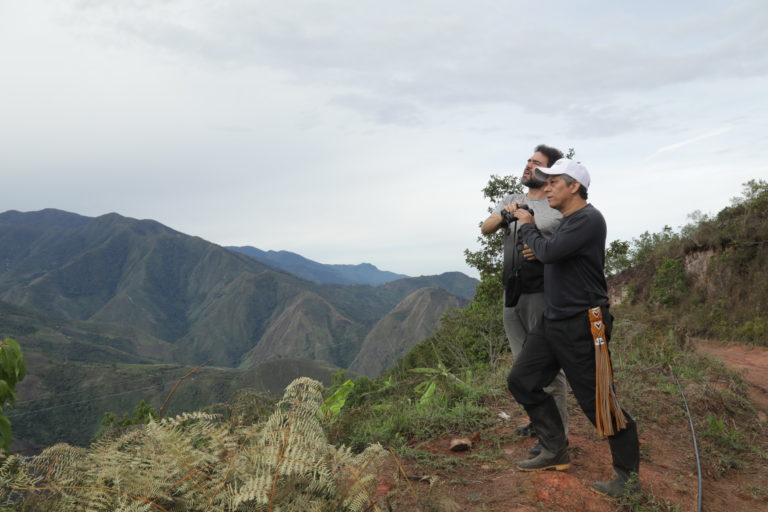 Observación aves Colombia. En la visita que Diego hizo al Espacio Territorial de Capacitación y Reincorporación (ETCR) de Tierra Grata se reencontró con Omar, uno de los guerrilleros que participó de su secuestro en 2004. Foto: Marcos de La Hoz.