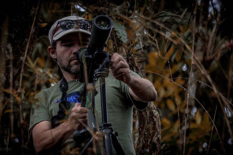 Observación aves Colombia. Diego Calderón ha avistado aves y trabajado en expediciones científicas con exguerrilleros de las FARC. Foto: Germán Restrepo.