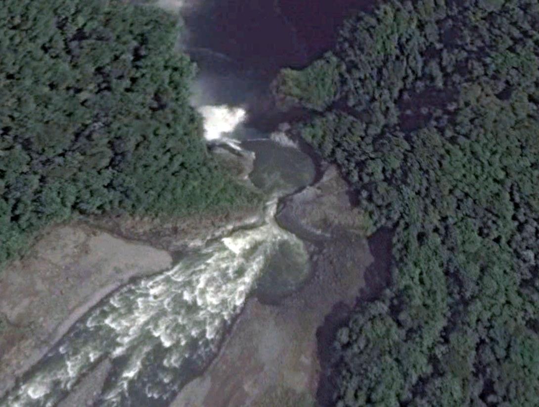 Cascada San Rafael. Vista de la cascada San Rafael desde Google Earth (diciembre 2013). De acuerdo con el geólogo Alfredo Carrasco, los pozos que se aprecian se formaron por los procesos de erosión que años después generaron el colapso de la cascada. Foto: Google Earth.