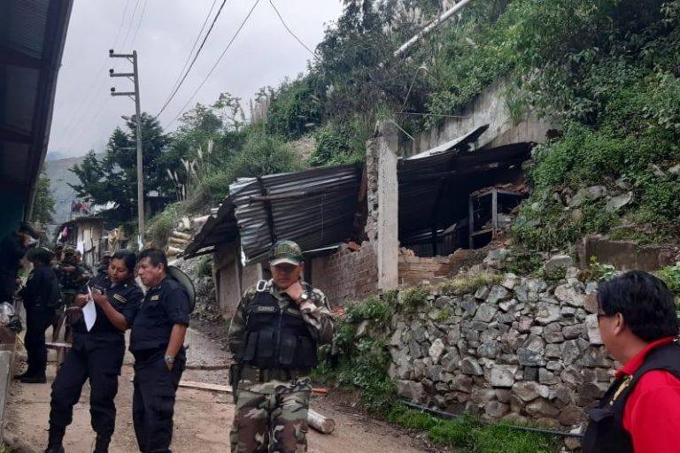 Las viviendas junto al cerro servían de fachada para cubrir el ingreso a los túneles de donde se extraía el oro ilegal. Foto: PNP Medio Ambiente.