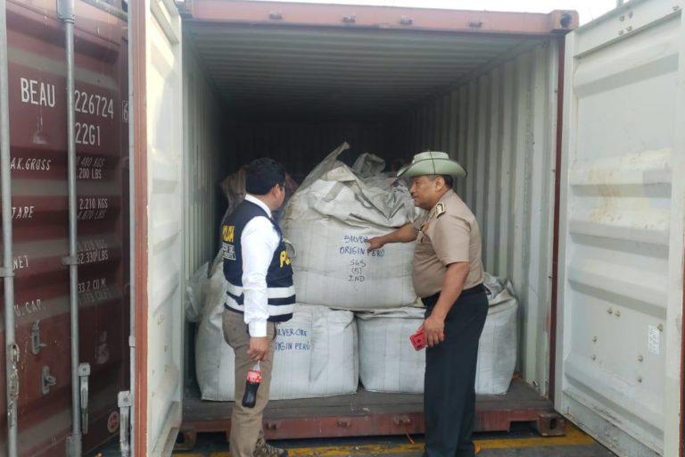 El material aurífero fue incautado en almacenes del Puerto del Callao. Foto: PNP Medio Ambiente.