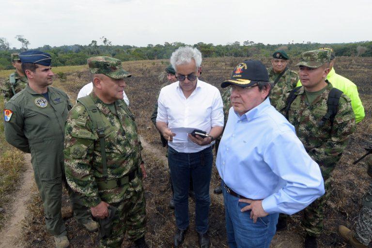 Incendios en la Amazonía. El Ministro de Ambiente, Ricardo Lozano, el ministro de Defensa, Carlos Holmes Trujillo y la cúpula militar evalúan los daños de los incendios. Foto: Ministerio de Ambiente.