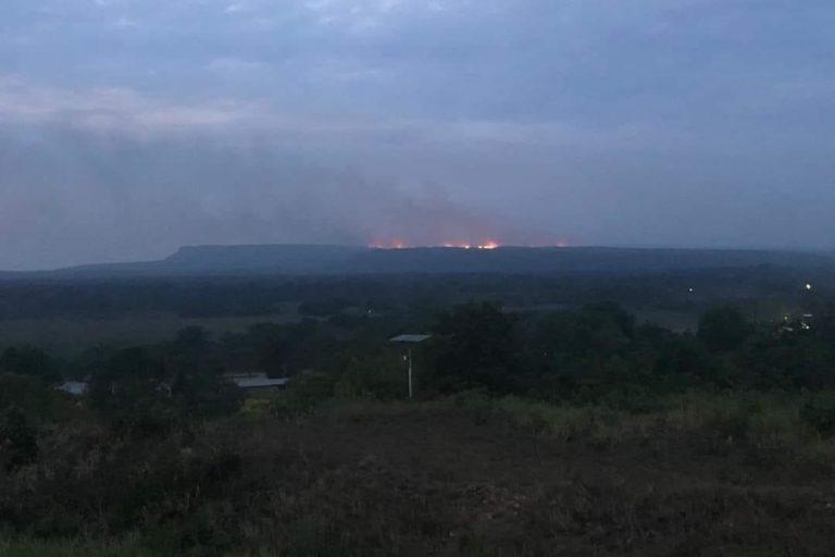 Incendios en la Amazonía. El incendio en la sierra de La Macarena inició el sábado 22 de febrero a las 14:00. Foto: Ministerio de Ambiente.