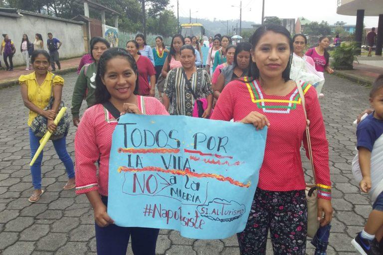 Minería de río. Mujeres protestando contra la minería en la provincia de Napo . Foto: Cortesía GK.