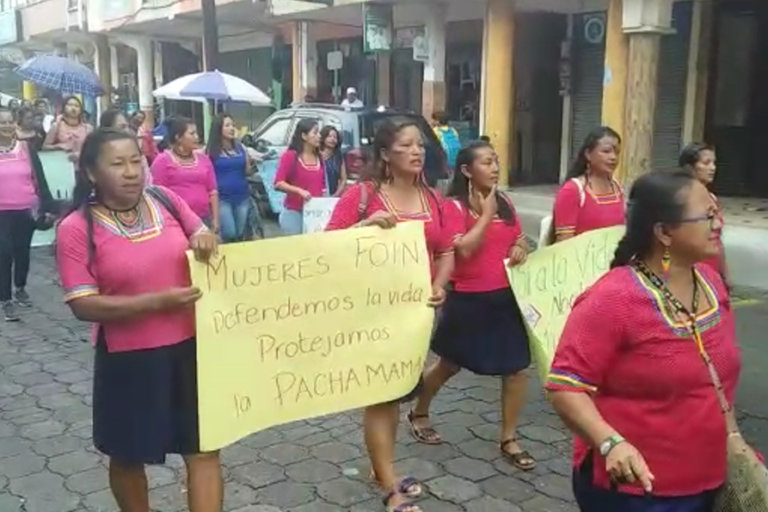 Minería de río. Mujeres kichwas del Napo en una marcha en favor del cuidado de sus territorios. Foto: Cortesía GK.