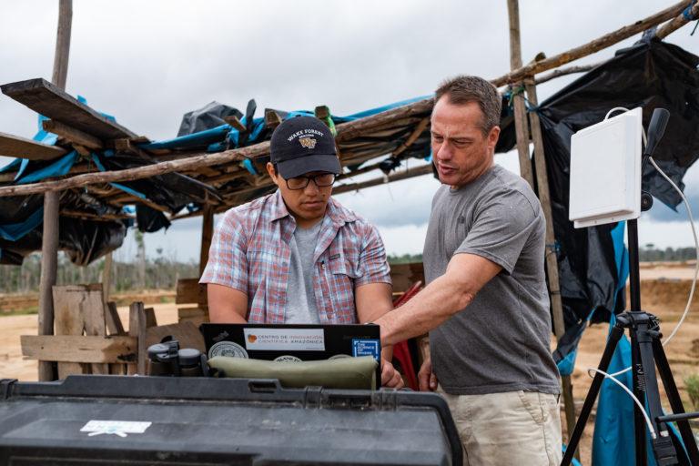 Jorge Caballero, experto en GIS y drones y Miles Silman, profesor de la universidad de Wake Forest observando las imágenes del dron. Foto: Jason Houston / CINCIA WFU.