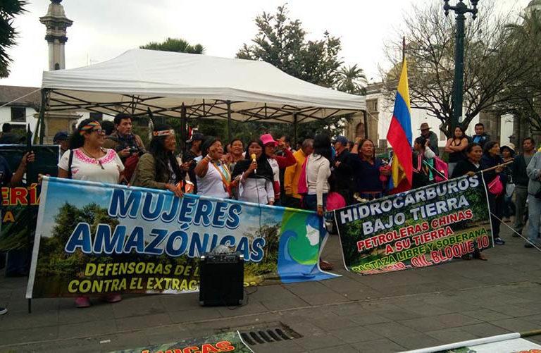 Ataques a mujeres amazónicas. Las mujeres amazónicas protestando en 2018 frente a la sede presidencial en Quito, Ecuador. Foto: Génesis Anangonó.