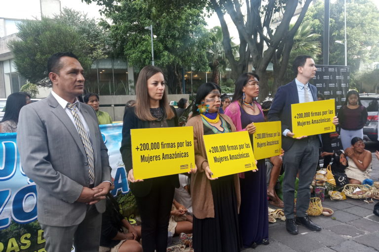 Ataques a mujeres amazónicas. Amnistía Internacional, Patricia Gualinga y Salomé Aranda afuera de la Fiscalía en la entrega de las firmas. Foto: Amnistía Internacional.