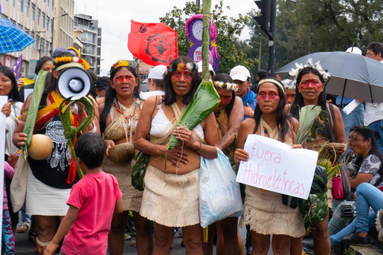 Ataques a mujeres amazónicas. Las indígenas rechazan las actividades petroleras o mineras en sus territorios. Foto: Diego Ayala.