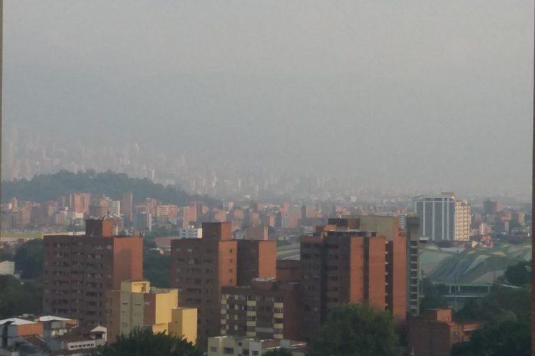 Calidad del aire y coronavirus. Así lucía Medellín el 27 de marzo. Foto: Twitter.