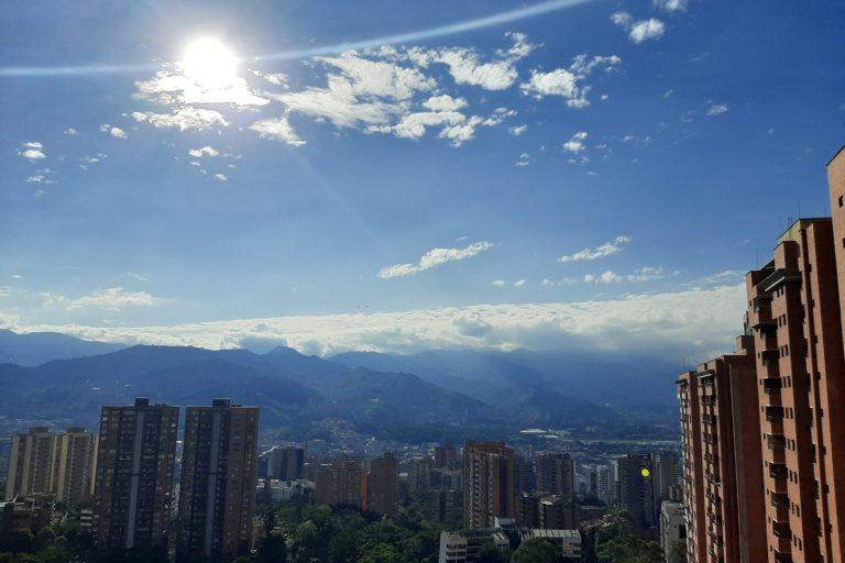 Calidad del aire y coronavirus. La calidad del aire mejoró en la tarde del 1 de abril en Medellín. Foto: Twitter.