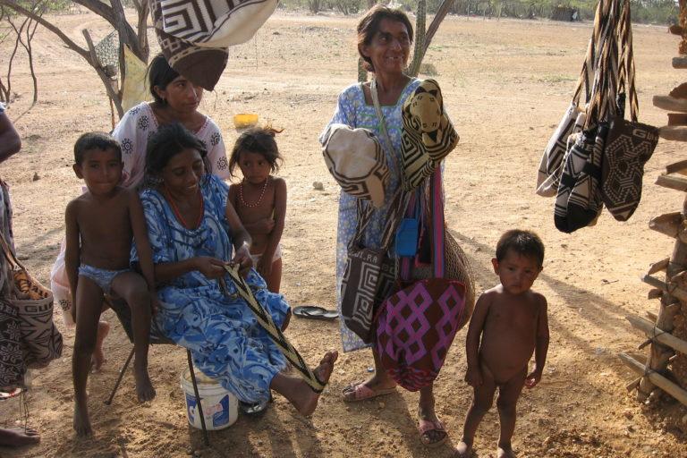 Indígenas asesinatos y covid-19. Indígenas wayúu en La Guajira, Colombia. Foto: Wikimedia Commons.