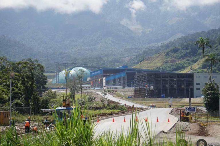 Mineria en Ecuador. La empresa Ecuacorriente dice que ha paralizado la producción de mineral pero sigue realizando mantenimiento de máquinas y equipos en la emergencia sanitaria. Fotografía de Diego Ayala León.