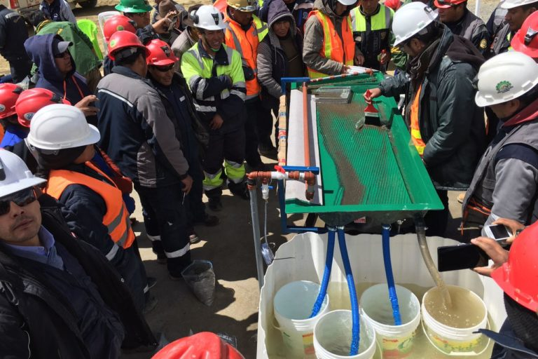 Mineros artesanales observan como funciona una mesa gravimétrica. Foto: archivo personal.