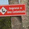 Defensores ambientales Colombia. Este letrero anuncia el paso –alambrado– a las áreas contaminadas, cerca de la vereda Buenos Aires. Crédito: Andrés Gutiérrez Cianci.