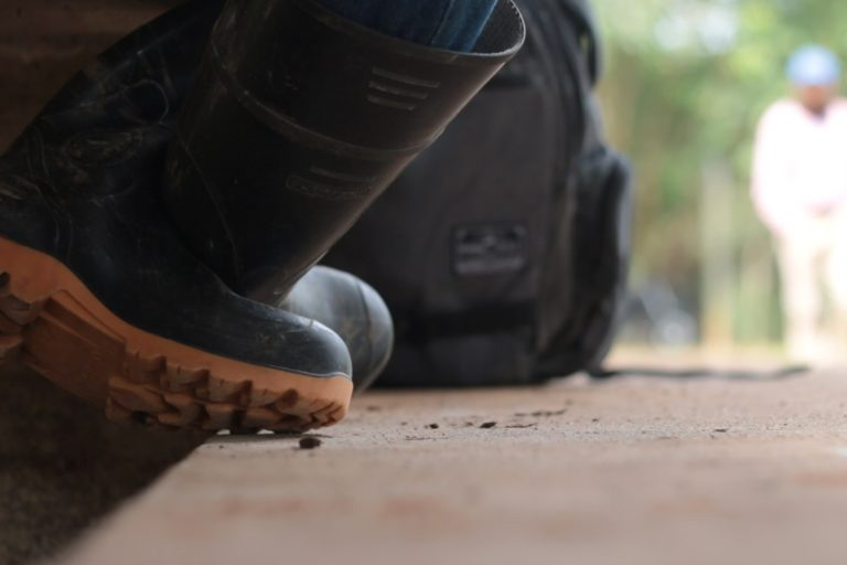 """Defensores ambientales Colombia. """"Teníamos coca, no le miento, pero éramos bacanos. De los caños sacábamos mojarrita y sardinas, dentones, sardinas, guarajas. Los han vuelto a ver, pero muertos"""". Líder ambiental amenazado en diciembre de 2019. Crédito: Andrés Gutiérrez Cianci."""