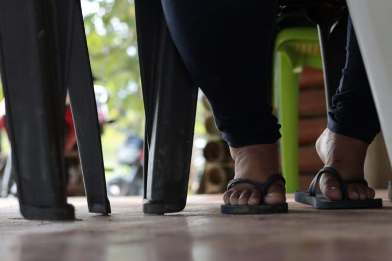 """Defensores ambientales Colombia. """"Ya no tenemos confianza para bañarnos y tomar agua. Nos afectó la contaminación porque vinieron a montar la maquinaria para la explotación"""". Lideresa ambiental amenazada en diciembre de 2019. Crédito: Andrés Gutiérrez Cianci."""