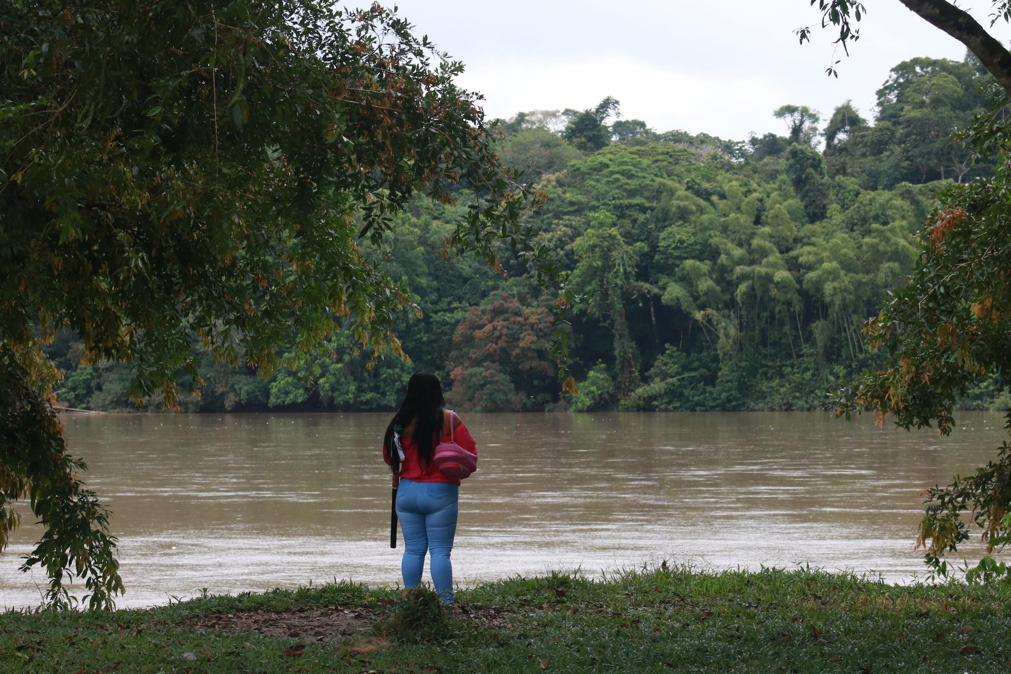 Indígenas siona en peligro. Milena Payoguaje, gobernadora del cabildo Bajo Santa Elena, mira hacia el río Putumayo. La mayoría de su pueblo, los siona, viven a orillas de estas aguas que en este punto son la frontera natural entre Colombia y Ecuador. Foto: César Rojas Ángel.