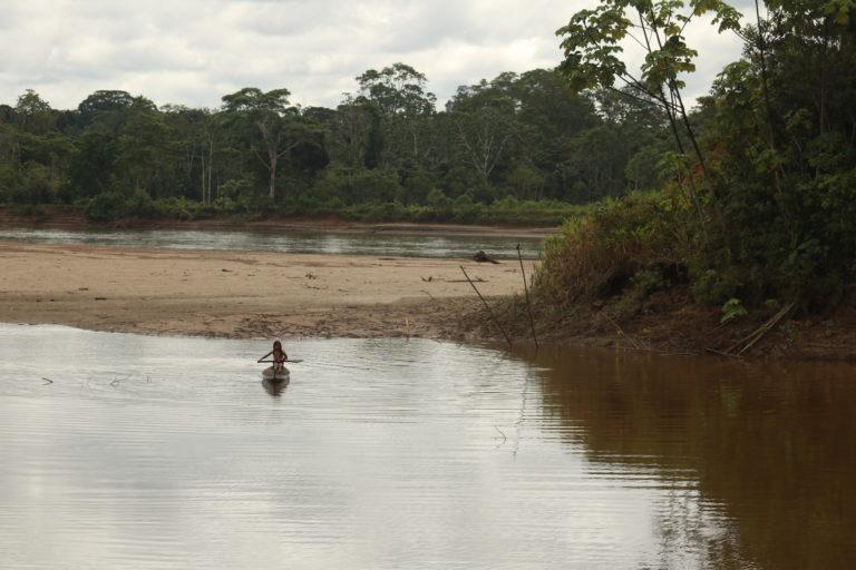 Indígenas siona en peligro. La mayoría de estos indígenas viven a las orillas del río Putumayo y de sus aguas, o de las de sus afluentes, toman lo que necesitan para vivir. El Putumayo es, además, su principal medio de transporte. Pero en los últimos meses el tránsito por el río ha estado prohibido desde las 6 de la tarde hasta las 6 de la mañana, es una norma tácita que nadie sabe bien de dónde viene, pero que prefieren acatar. Foto: César Rojas Ángel.
