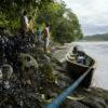 Derrame de petróleo. Miembros de la comunidad indígena de San Pedro de Río Coca presencian los impactos del derrame de petróleo a lo largo de las orillas del río, Sucumbíos, Amazonía ecuatoriana, el 18 de abril de 2020. Foto :Telmo Ibarburu.