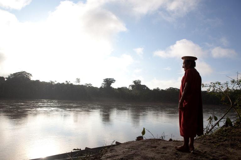 COVID 19 en indígenas de Ecuador. Delfin Payaguaje a las orillas del río Aguarico en Waiya, territorio ancestral siekopai, Amazonia ecuatoriana. Foto Amazon Frontlines y Alianza Ceibo.