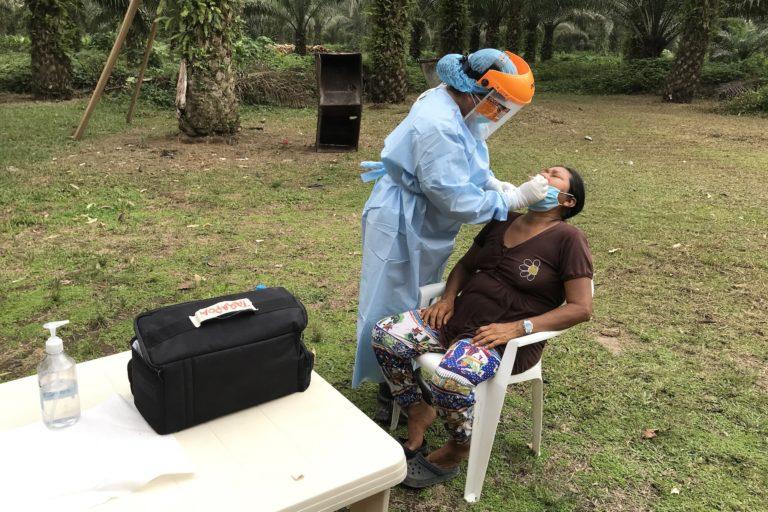 COVID 19 en indígenas de Ecuador. Pruebas PCR de COVID-19 para miembros de la nacionalidad siekopai, comunidad de Bella Vista, Territorio Siekopai, Sucumbios, Amazonia ecuatoriana, el 29 de abril 2020. Foto Luke Weiss / Amazon Frontlines y Alianza Ceibo.