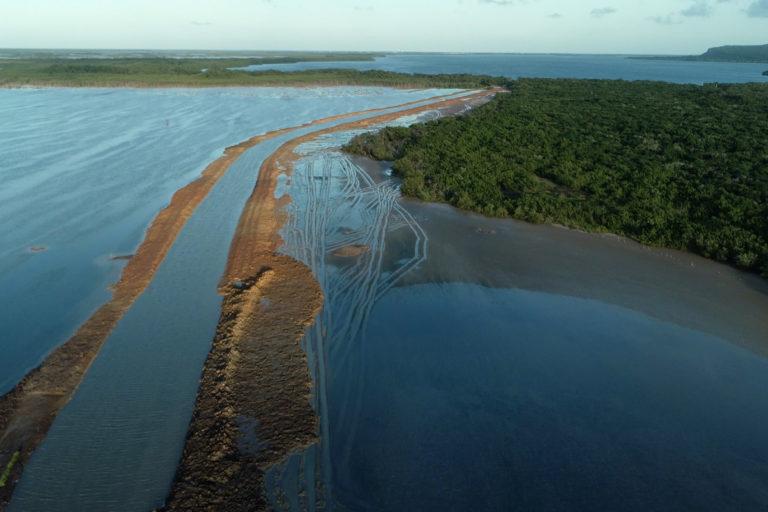 Proyecto turístico en humedal. El terraplén levantado para el canal de navegación impide el paso de agua dulce hacia las albuferas y el Golfete. Foto: Amigos de Cuare.