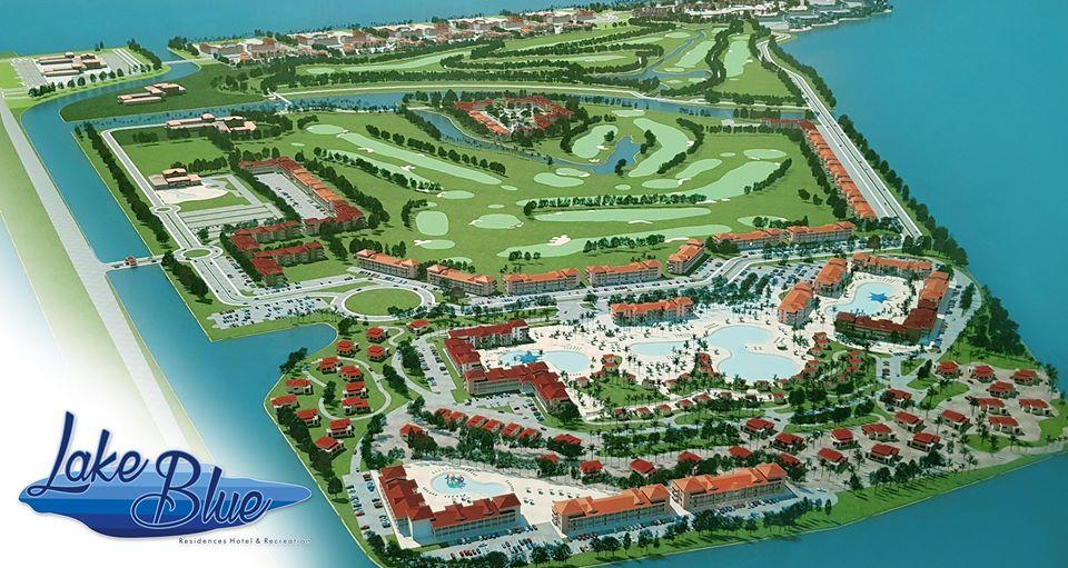Proyecto turístico en humedal. Maqueta del desarrollo Lake Blue con canales en los linderos.