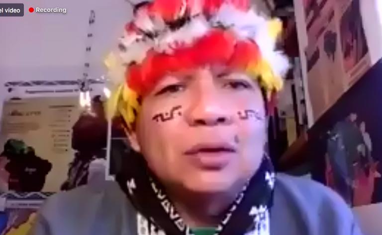 En una conferencia virtual, el líder indígena Gregorio Díaz Mirabal anunció el inicio de una campaña para recaudar fondos para las comunidades nativas de la Amazonía. Foto: Captura de pantalla.