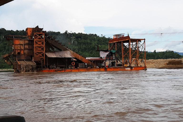 La extracción de oro en territorio indígena y cerca de las áreas naturales protegidas en Bolivia no se detuvo durante la cuarentena. Foto: Miguel Roca.