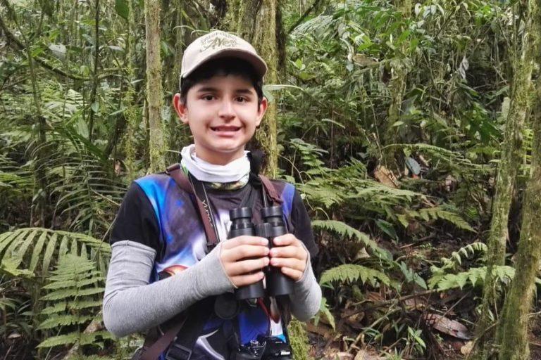 Juan David Camacho es un niño experto en aves en Colombia. Foto: Luis Eduardo Camacho.