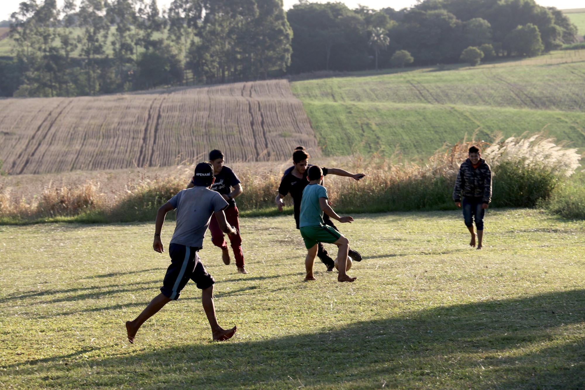 A unos 300 metros del lugar donde estos adolescentes juegan fútbol, nuestro dron tomó imágenes de parcelas de marihuana en pleno núcleo de una de las Reservas del Bosque Atlántico. Foto: Pánfilo Leguizamón